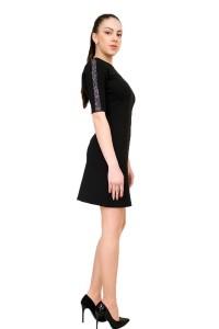 Стилна черна рокля с декоративни камъни на ръкава