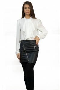 Черна кожена пола с декоративни ципове
