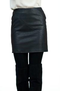 Черна кожена пола с декоративни тигели