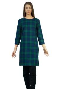 Стилна рокля с прав силует с 7/8 ръкав, изработена от фин вълнен плат. Роклята се закопчава със скрит цип отзад.
