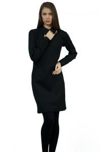 Елегантна дамска черна рокля с дълъг ръкав.Акцент е яката, която се закопчава отзад.