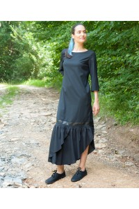 Черна рокля с ефектен набор в долната част