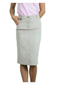 Права, спортна джинсова пола с два джоба. Закопчава се с цип и копче