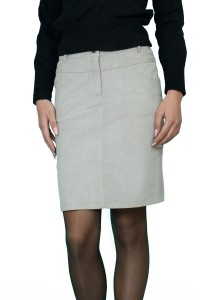 Права, спортна джинсова дамска пола с два джоба.Закопчава се с цип и копче