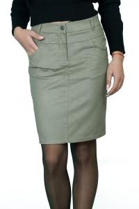 Права, спортна джинсова пола с два джоба.Закопчава се с цип и копче