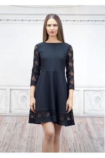 Дамска рокля с ефектен набор в долната част