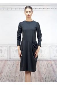 Дамска рокля с а-симтричен силует от мек плат с дискретно райе
